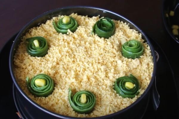 крабовый салат украшение